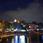 playa-hotel-cala-fornells-nocturna